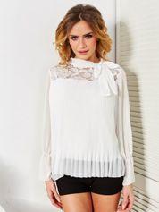 Biała plisowana bluzka z wiązaniem