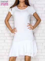 Biała sukienka dresowa z ozdobną falbaną