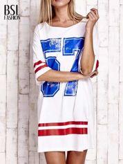 Biała sukienka w baseballowym stylu