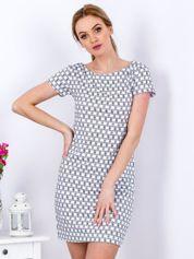Biała sukienka w geometryczne desenie