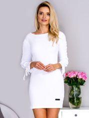 Biała sukienka w prążek ze sznurowaniem