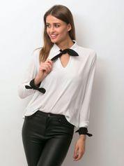 Biała szyfonowa bluzka z kontrastowymi wiązaniami