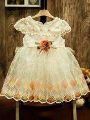 Biała tiulowa sukienka dziewczęca z ozdobną różyczką