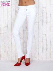 Białe jeansowe spodnie z haftowanymi elementami