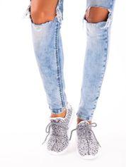 Białe marmurkowe buty sportowe pattern z tkaniny z uchwytem z tyłu