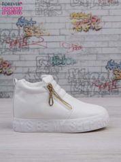 Białe skórzane buty slip on Tracy ze złotym suwakiem i napisem