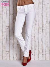 Białe spodnie regular jeans z napami