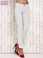 Białe spodnie rurki w paski
