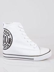 Butik Białe trampki na koturnie sneakersy z logo