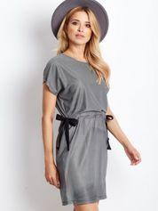 Biało-czarna sukienka w kratę z wiązaniem