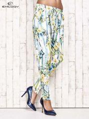 Biało-niebieskie lejące spodnie z kolorowymi paskami