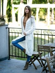 Biały ażurowany sweter z kieszeniami