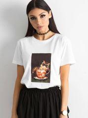 Biały damski t-shirt z nadrukiem i aplikacją