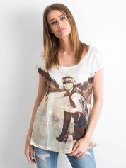 Biały koronkowy t-shirt z nadrukiem dziewczyny