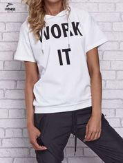 Biały t-shirt z kapturem i napisem WORK IT