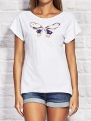 Biały t-shirt z kolorowym motylem