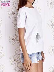 Biały t-shirt z ukośną kieszenią i dżetami