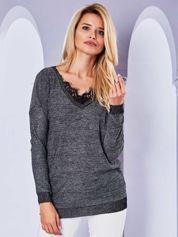 Błyszczący sweter V-neck z koronką przy dekolcie czarny