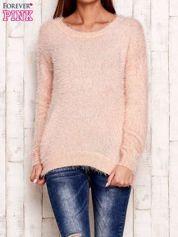 Brzoskwiniowy sweter z długim włosem