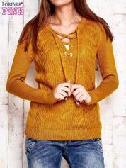 Camelowy dzianinowy sweter z wiązaniem