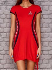 Ciemnokoralowa sukienka z marynarskimi motywami