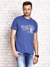 Ciemnoniebieski t-shirt męski z nadrukiem napisów i cyfrą 9