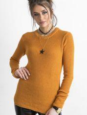 Ciemnożółty sweter z podwijanymi rękawami