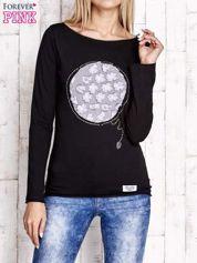 Czarna bluzka z kwiatową aplikacją i surowym wykończeniem