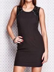 Czarna dopasowana sukienka z koronkowymi wstawkami