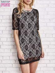 Czarna koronkowa sukienka z naszyjnikiem z pereł