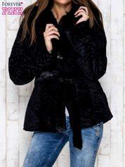 Czarna kurtka z futrzanym kapturem i paskiem