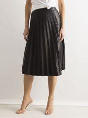 Czarna plisowana spódnica z ekoskóry