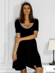 Czarna sukienka dresowa z kontrastowym wykończeniem