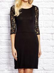 Czarna sukienka dzienna z koronkowymi rękawami
