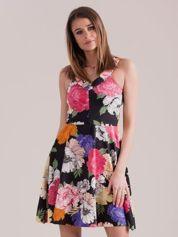 Czarna sukienka we wzór kolorowych kwiatów