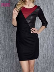 Czarna sukienka z czerwonym wykończeniem przy dekolcie