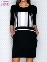 Czarna sukienka z graficznym nadrukiem i kieszeniami
