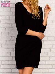 Czarna sukienka z trójkątnym dekoltem