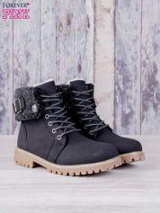 Czarne buty trekkingowe traperki ocieplane z wywiniętą wełnianą cholewką i ozdobnym zapięciem