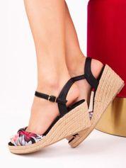 Czarne sandały na koturnach w kolorowe kwiaty