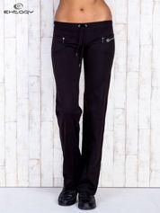 Czarne spodnie dresowe z kieszonkami i dżetami