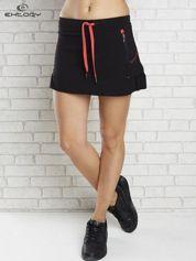 Butik Czarno-czerwona spódnica dresowa z falbanką i troczkiem
