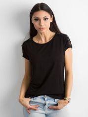 Czarny t-shirt z koronką na rękawach