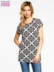 Czarny t-shirt z nadrukiem ornamentów geometrycznych