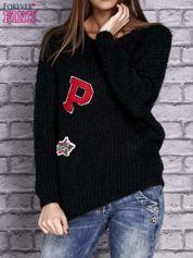 Czarny włochaty sweter z naszywkami