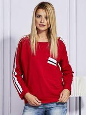 Czerwona bluza z kolorowymi wstawkami