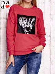 Czerwona bluza ze zmieniającą się naszywką z cekinów