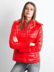 Czerwona lekka kurtka pikowana z kapturem