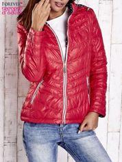 Czerwona pikowana kurtka z wykończeniem w groszki