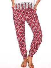 Czerwone materiałowe spodnie w kolorowe wzory